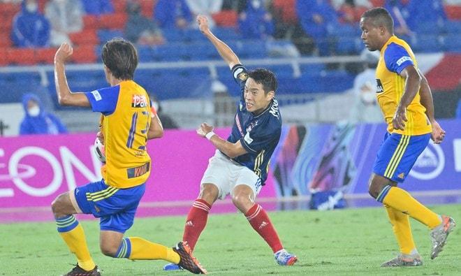 ズブ濡れチアがトリコロールパラソルの舞! 逆転で横浜Mが「3戦連続3得点勝利」の画像010