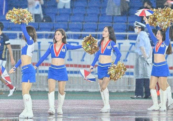 ズブ濡れチアがトリコロールパラソルの舞! 逆転で横浜Mが「3戦連続3得点勝利」の画像008