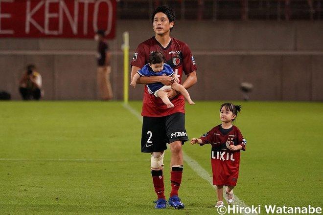 """内田篤人、引退会見での""""心の名言""""「奥さんは小中学校のときから、ボールを追いかける姿を見守ってくれていた」の画像001"""