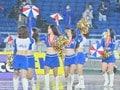 ズブ濡れチアがトリコロールパラソルの舞! 逆転で横浜Mが「3戦連続3得点勝利」の画像001