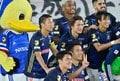 ズブ濡れチアがトリコロールパラソルの舞! 逆転で横浜Mが「3戦連続3得点勝利」の画像016