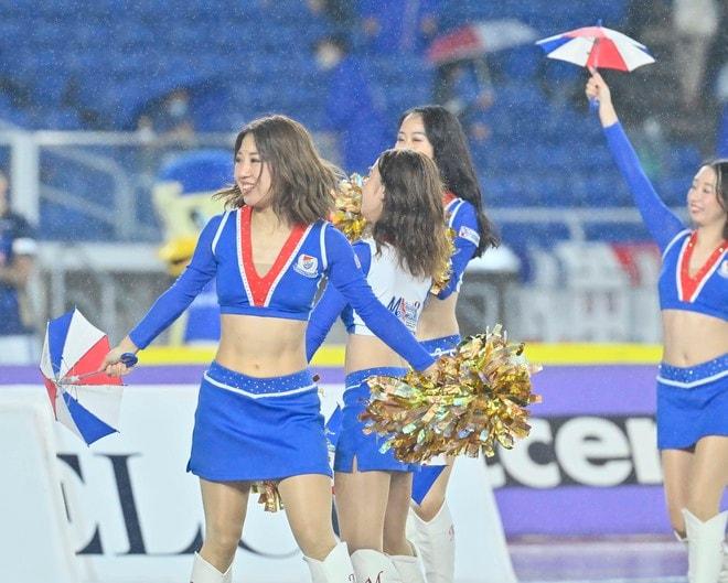 ズブ濡れチアがトリコロールパラソルの舞! 逆転で横浜Mが「3戦連続3得点勝利」の画像006