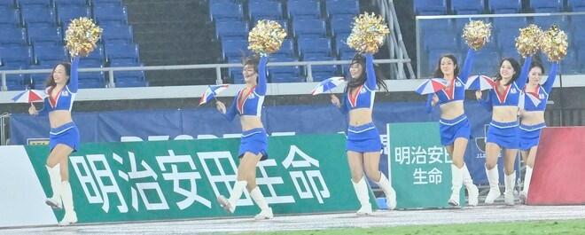 ズブ濡れチアがトリコロールパラソルの舞! 逆転で横浜Mが「3戦連続3得点勝利」の画像004