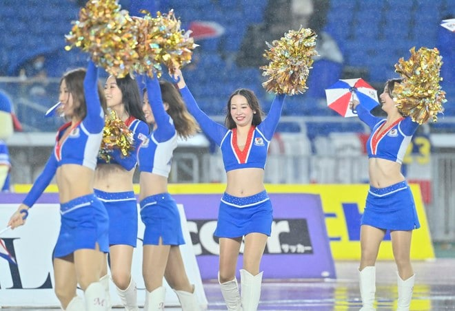 ズブ濡れチアがトリコロールパラソルの舞! 逆転で横浜Mが「3戦連続3得点勝利」の画像002